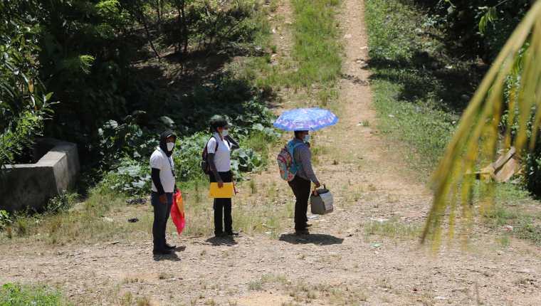 Enfermeros recorren la comunidad de Canaán del municipio de Chisec , Alta Verapaz  para pedirles a las personas que se vacunen contra el covid-19. (Foto Prensa Libre: Erick Ávila)