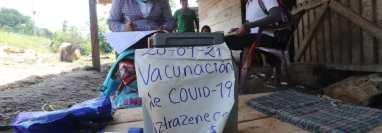 Trabajadores del Ministerio de Salud recorren varias cuadras en casa en casa para pedirles a las personas que se vacunen contra el Covid 19 esto en aldea Canaan del municipio de Chisec  Alta Verapaz. (Foto Prensa Libre: Erick Ávila)