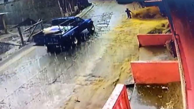 Momento en que niño fue arrastrado por el agua en Edén Xolhuitz, Nuevo San Carlos Retalhuleu. (Foto Prensa Libre: Tomada de video)