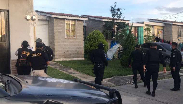Uno de los operativos de las autoridades contra estructuras criminales de tráfico de personas. (Foto Prensa Libre: PNC)