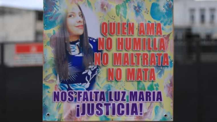 Una de las pancartas en las que personas exigieron justicia para Luz María frente al Centro de Justicia en la zona 10 de la capital.  (Foto Prensa Libre: Byron García)