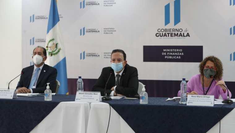 Sergio Recinos, presidente del Banguat y Álvaro González Ricci, ministro de Finanzas, informaron sobre la colocación de eurobonos. (Foto Prensa Libre: Maria José Bonilla)