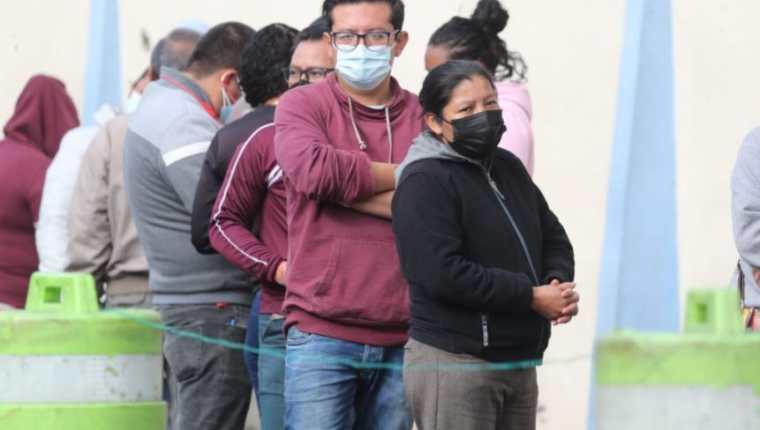 Guatemaltecos acuden a laboratorio móvil en la zona 11 de la capital para efectuarse la prueba de covid-19. (Foto Prensa Libre: Érick Ávila)