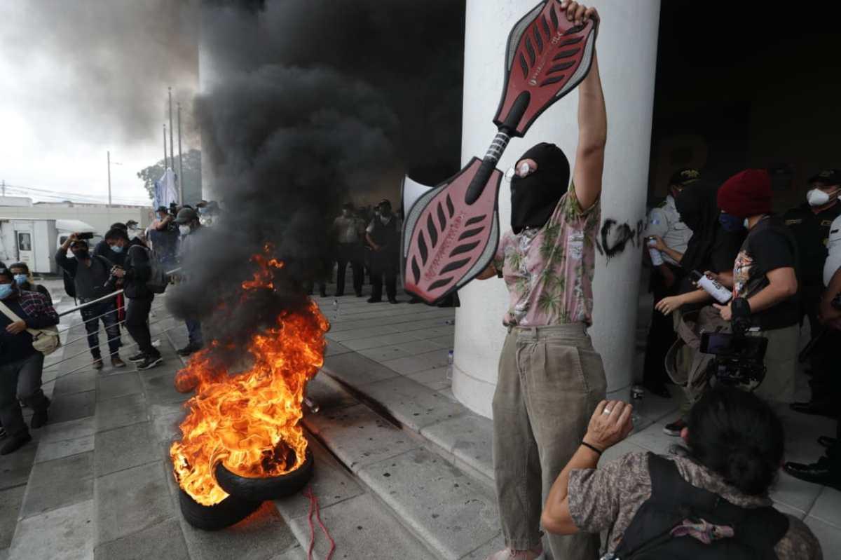 Fiscalía investiga quema de monumento durante protesta que exigía renuncia de la fiscal general Consuelo Porras