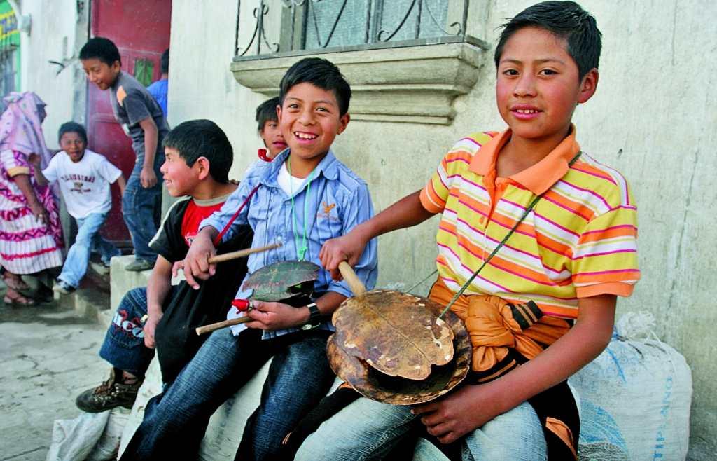 Niños tocando una tortuga