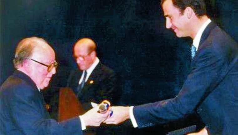 Momento en que el entonces príncipe Felipe de Borbón entrega el diploma de Las Letras a Augusto Monterroso. Foto: Archivo Premios Príncipe de Asturias