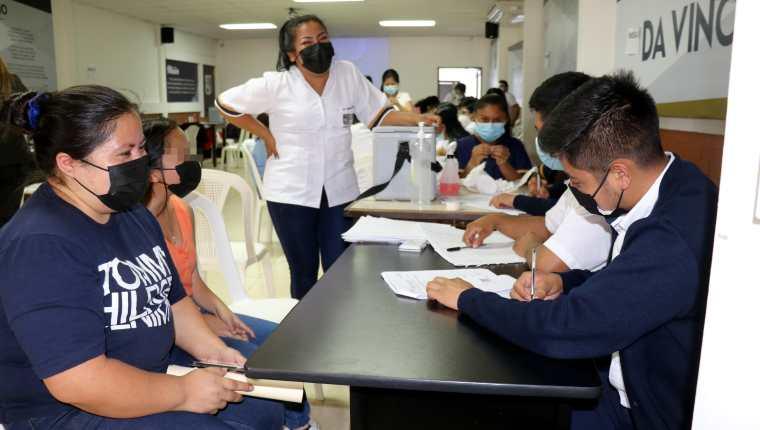 Menores de Huehuetenango acuden a los centros de vacunación en busca de su primera dosis del biológico de Pfizer. (Foto Prensa Libre: Foto Prensa Libre: Mike Castillo)