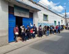 Niños esperan con sus padres para ser vacunados contra el covid-19 en Santa Cruz del Quiché.  (Foto Prensa Libre: Héctor Cordero)