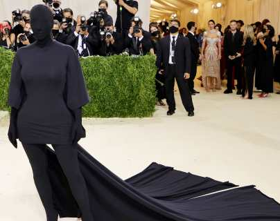 Kim Kardashian causa revuelo con su atuendo en la gala del Met y los memes no la perdonan