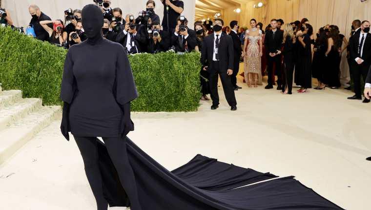 Kim Kardashian iba enfundada en una malla negra de los pies a la cabeza. (Foto Prensa Libre: AFP)
