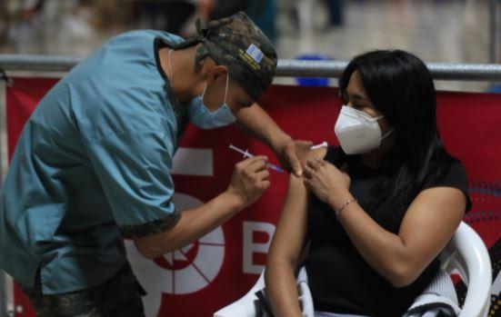 Vacunación en Guatemala: habilitan registro para que mayores de 18 años puedan vacunarse