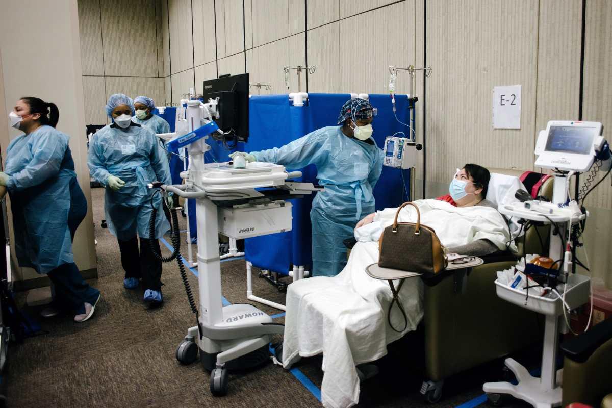 Trabajadoras de la salud administran infusiones de anticuerpos en el hospital Metodista de Houston, en Texas, el miércoles 15 de septiembre de 2021. (Foto Prensa Libre: Brandon Thibodeaux/The New York Times)