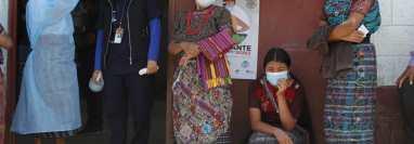 Las autoridades del Ministerio de Salud piden a la población mayor de 18 años que asista a los puestos de vacunación. (Foto Prensa Libre: Esbin García)