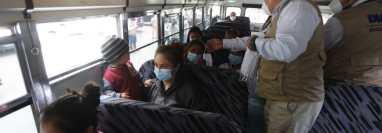 Anam afirma que los alcaldes tienen dificultades para que transportistas y usuarios respeten el aforo en las unidades de bus. Fotografía: Prensa Libre (Esbin García).