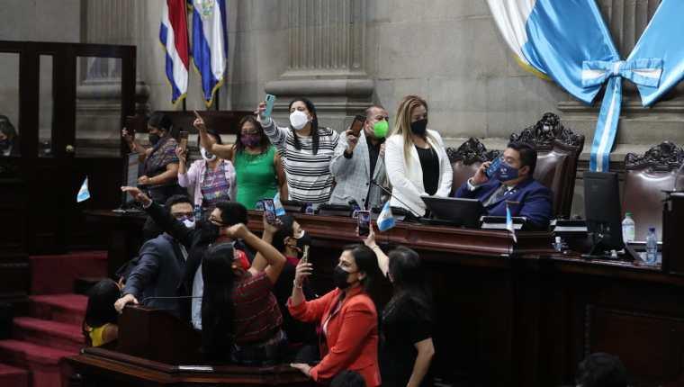 Momento en que algunos diputados denunciaban en sus redes sociales los presuntos abusos de Allan Rodríguez en la conducción de la sesión plenaria del 6 de septiembre. Fotografía: Prensa Libre (María José Bonilla).