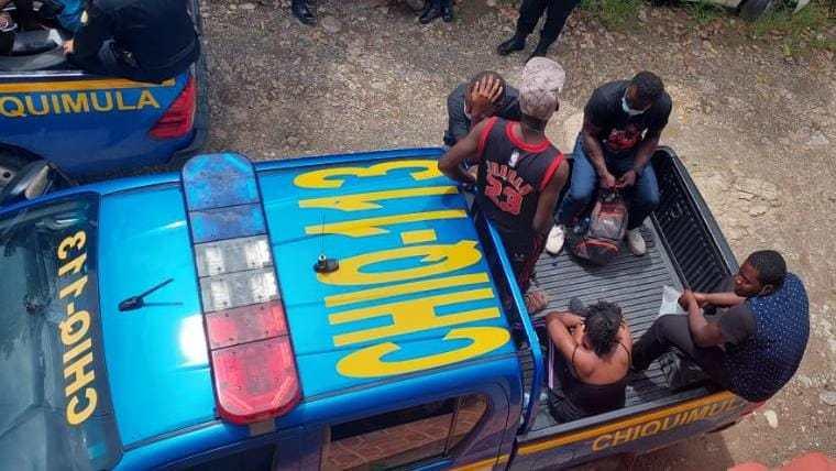 Un brasileño y 11 haitianos fueron remitidos a Migración. Foto Prensa Libre: PNC.