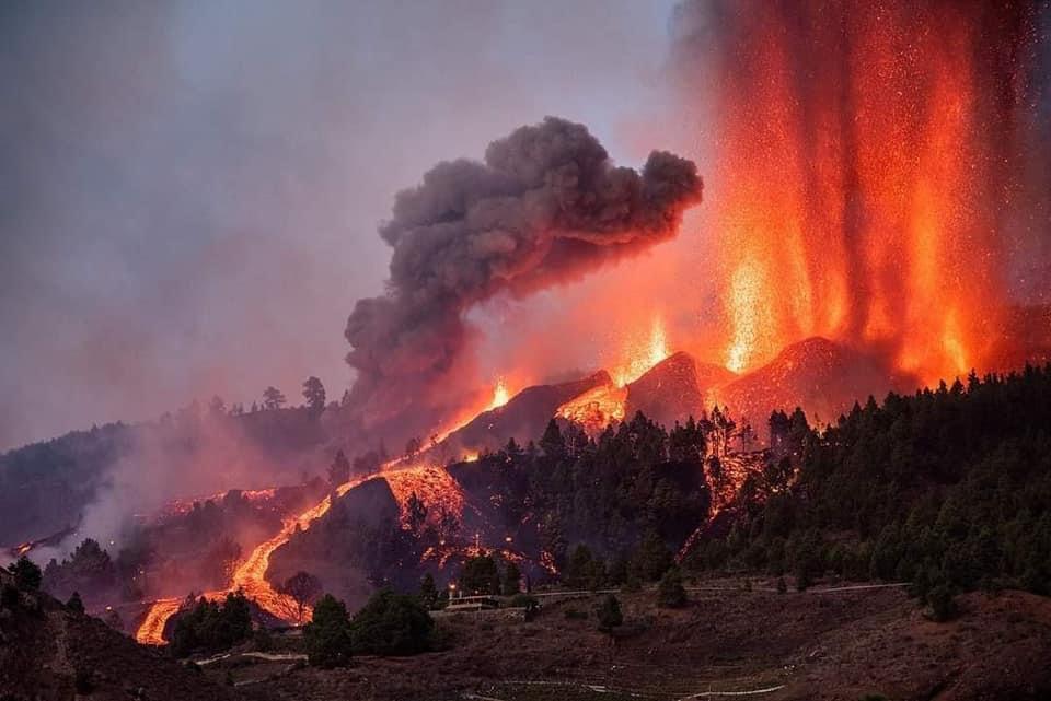 """El volcán """"Cumbre Vieja """" en la isla La Palma, España sigue causando destrucción de cientos de hogares y evacuaciones"""