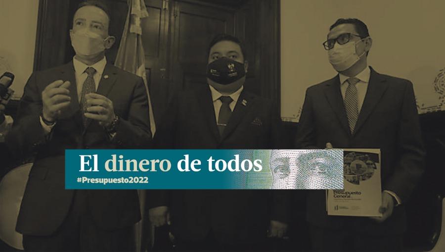 El ministro de Finanzas, Álvaro González Ricci (izquierda) entrega el proyecto de presupuesto al presidente del Congreso, Allan Rodríguez y al presidente de la Comisión de Finanzas, Duay Martínez. (Foto Prensa Libre: Hemeroteca PL)