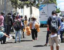 Guatemaltecos acuden a hacerse hisopados en un laboratorio móvil en la zona 1. (Foto Prensa Libre: Érick Ávila)