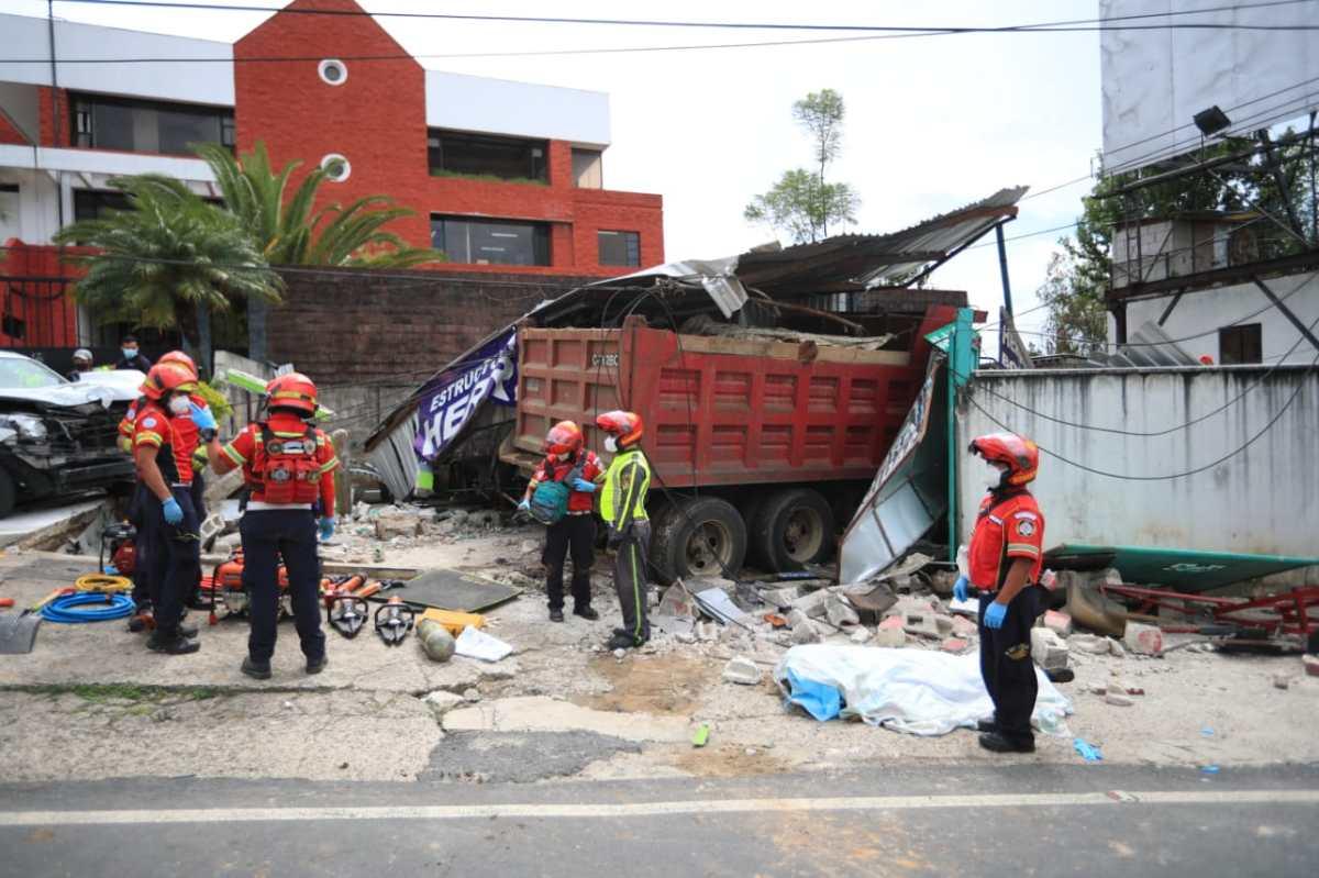 Camión descontrolado provoca fuerte accidente contra otros vehículos y deja dos personas fallecidas en la 20 calle de la zona 10 de la capital