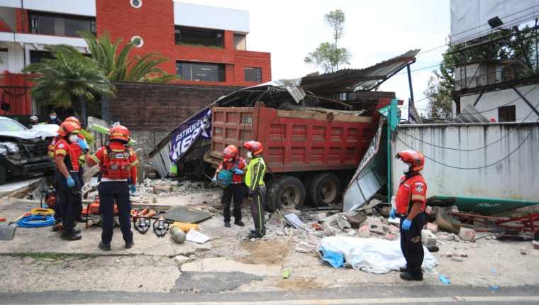 Camión accidentado en la 20 calle 28 avenida zona 10. (Foto Prensa Libre: Carlos Hernández Ovalle)