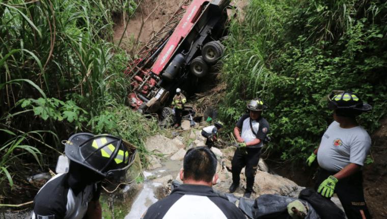 Imagen del accidente del pasado 28 de agosto donde un camión sin control se fue al fondo de un barranco y se llevó a un vehículo particular. (Foto Prensa Libre: Hemeroteca PL)