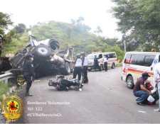 Colisión múltiple en San Pedro Ayampuc deja a tres personas fallecidas y dos heridas. (Foto Prensa Libre: Bomberos Voluntarios)