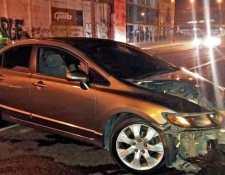 Una persona chocó en el bulevar Liberación, zona 9, después de chocar el conductor se quedó dormido en el interior del automotor. (Foto Prensa Libre: PNC)
