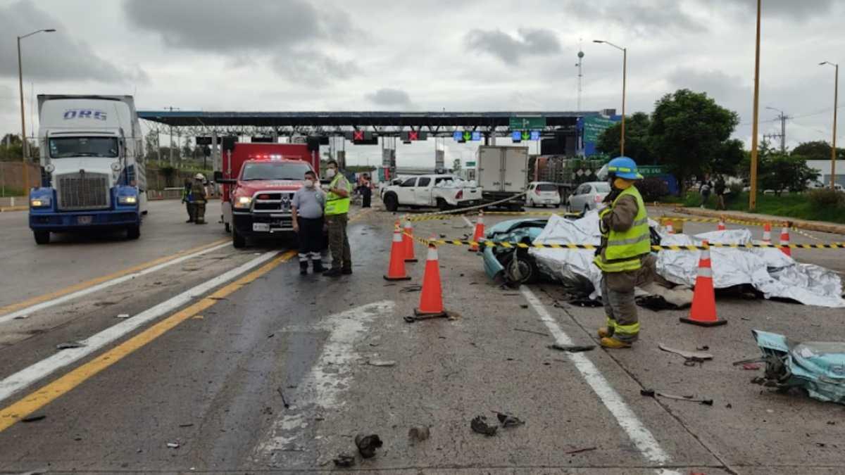 Cámaras de seguridad captan el momento en el que un camión de carga impacta en una garita de peaje en autopista de México