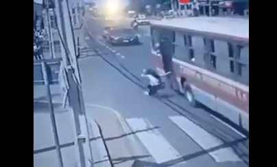 Video: mujer que perseguía a ladrón muere al lanzarse desde un bus en movimiento