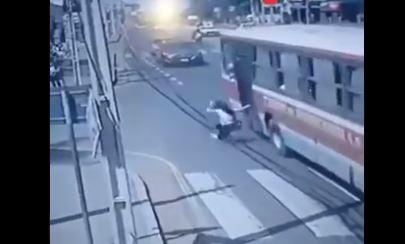 La joven había caído de un bus al perseguir a un asaltante. (Foto: @Unicanal/Twitter)