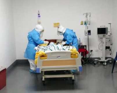 """""""Estamos peleando con la muerte"""": el desesperante llamado de una médica de Xela por el coronavirus y cuya imagen se hizo viral"""