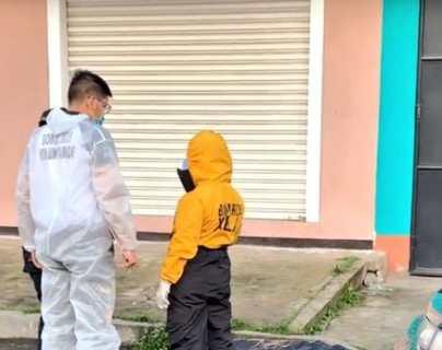 Bomberos conversan con el niño en el lugar del ataque. (Foto: cortesía RBCNoticiasGT)