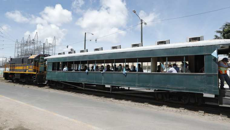 Trabajadores vuelven a labores en tren tras haberse inmunizado en Gerona. (Foto Prensa Libre: Esbin García)