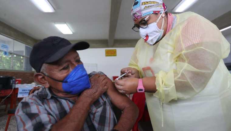 En medio de la tercera ola de contagios de coronavirus, el Instituto Guatemalteco de Seguridad Social anunció que vacunará a personas que no estén afiliadas. (Foto Prensa Libre: Érick Ávila)