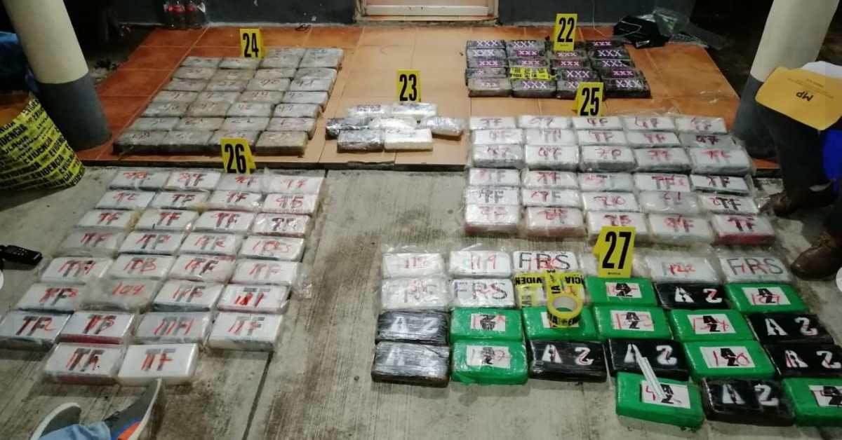PNC y MP son recibidos a balazos en un allanamiento en Lívingston, Izabal, en donde finalmente incautaron 144 paquetes de cocaína y armas de fuego