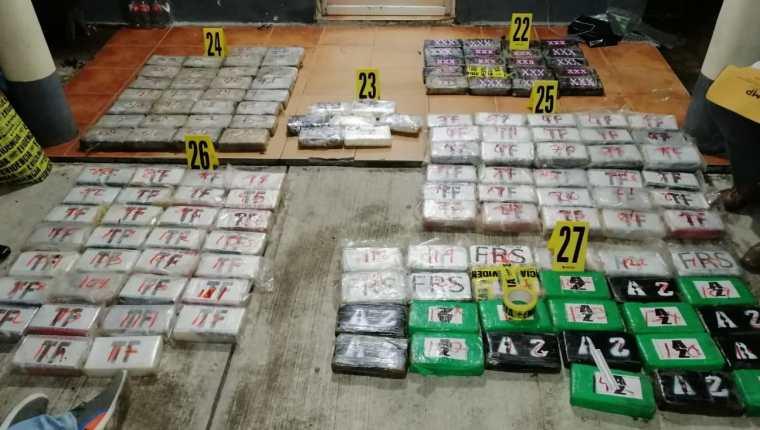 Parte de los 144 paquetes con cocaína que fueron incautados por autoridades en un allanamiento en Golfete Puntarenas, Lívingston, Izabal. (Foto Prensa Libre: PNC)