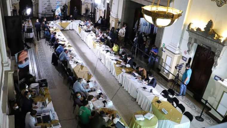Jefes de bloques discuten la integración de una ley de emergencia para atender la pandemia de covid-19. (Foto Prensa Libre: Congreso de la República)
