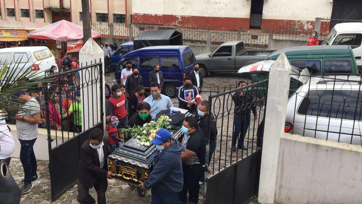 Entre dolor e indignación, familiares y amigos despiden a joven lapidada con un block en Sumpango