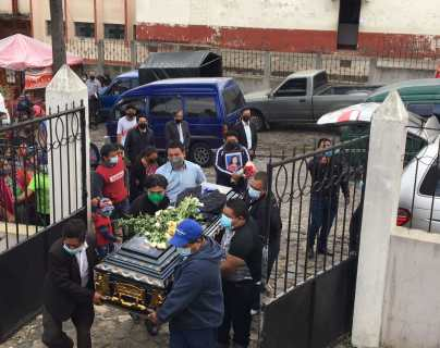 El féretro de la joven Karen Chiquitó es llevado al cementerio municipal de Sumpango. (Foto Prensa Libre: Emy Sánchez)