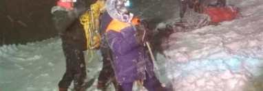Los servicios de emergencia durante un rescate y búsqueda en el monte Elbrus. (Foto Prensa Libre: EFE)
