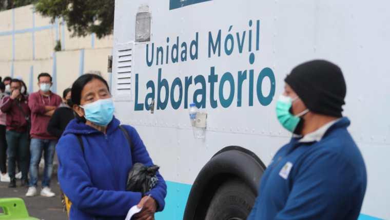 Madrugar para tener acceso a las pruebas para detectar el covid-19 es una constante en el país, durante los 18 meses de la pandemia ha sido una constante. (Foto Prensa Libre: Érick Ávila)