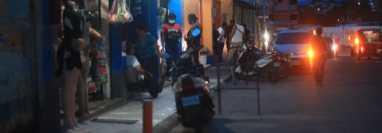 Las calles de Esquipulas se han convertido en refugio para migrantes que, a toda costa, buscan llegar a Estados Unidos. (Foto Prensa Libre: Carlos Hernández)