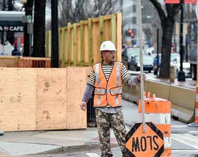 """En medio de celebración del Día del Trabajo una """"crisis silenciosa"""" asoma en EE. UU. ante el fin de ayudas por covid-19 a desempleados"""