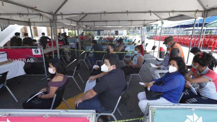 Poca afluencia en los puestos de vacunación habilitados este 15 de septiembre en la capital. (Foto Prensa Libre: Esbin García)