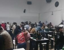 Las personas fueron puestas a disposición de juez para que defina su situación legal por violar la ley seca y medidas sanitarias por el covid-19. (Foto Prensa Libre: PNC)