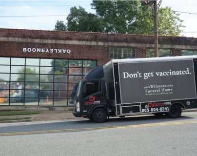 """""""No te vacunes"""": el anuncio de una falsa funeraria para promover la vacunación anticovid que se hizo viral"""