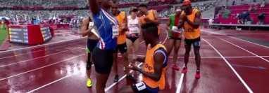 El guía de la atleta caboverdiana, Manuel Antonio Vaz, protagonizó una de las imágenes más románticas de los Juegos. Le pidió matrimonio arrodillado en la pista tras correr los 200 metros. Foto captura de pantalla.