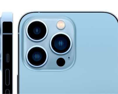 Detalle de las cámaras de los nuevos modelos de gama alta del iPhone, el 13 Pro y el 13 Pro Max, que tienen la que bien podría considerarse la mejor cámara del mercado. (Foto Prensa Libre: EFE/Apple)