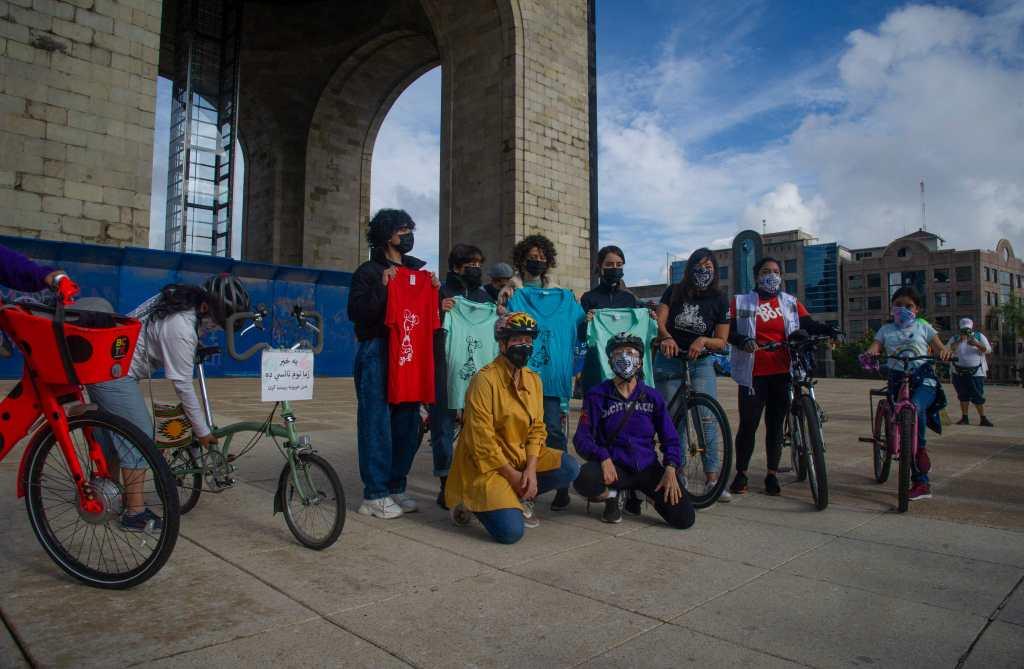Jóvenes afganas refugiadas en México reaparecen en un paseo en bicicleta organizado en su honor